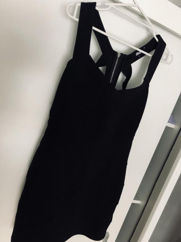 Czarna obcisła sukienka z wyciętymi plecami...