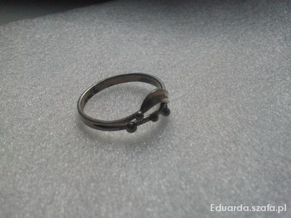 Delikatny stary pierścionek