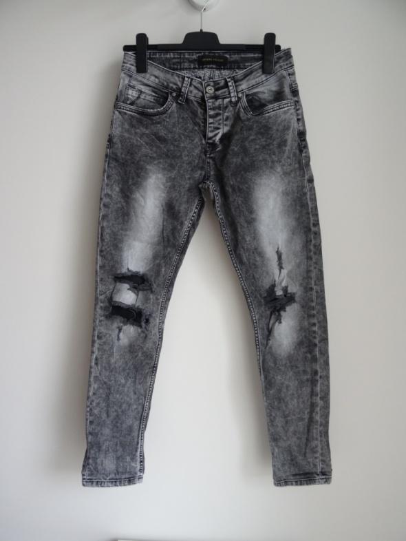 męskie grafitowe jeansy z dziurami