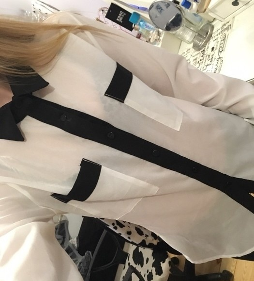 Biała koszula z czarnymi mankietami i kołnierzykiem