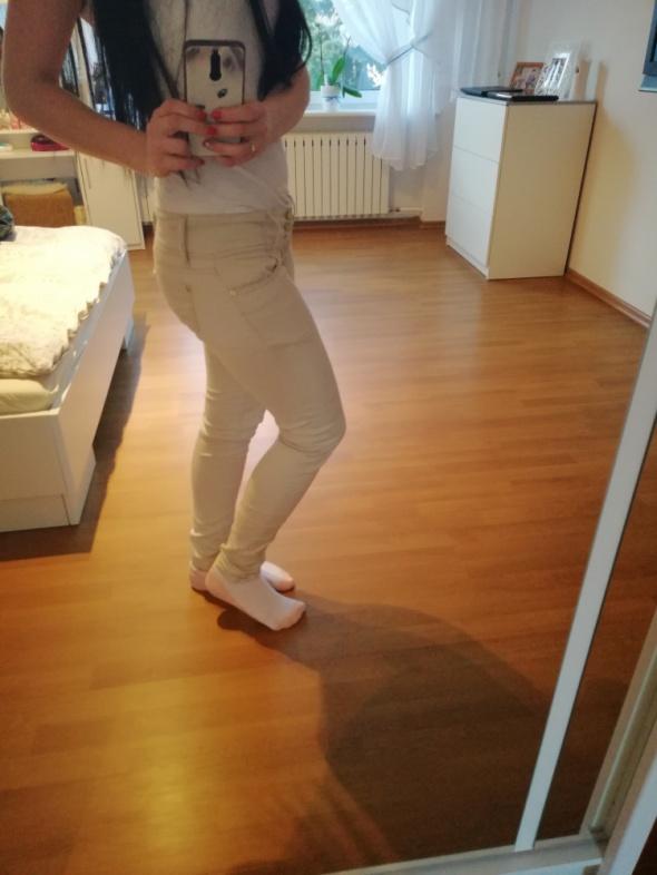 Beżowe spodnie rurki