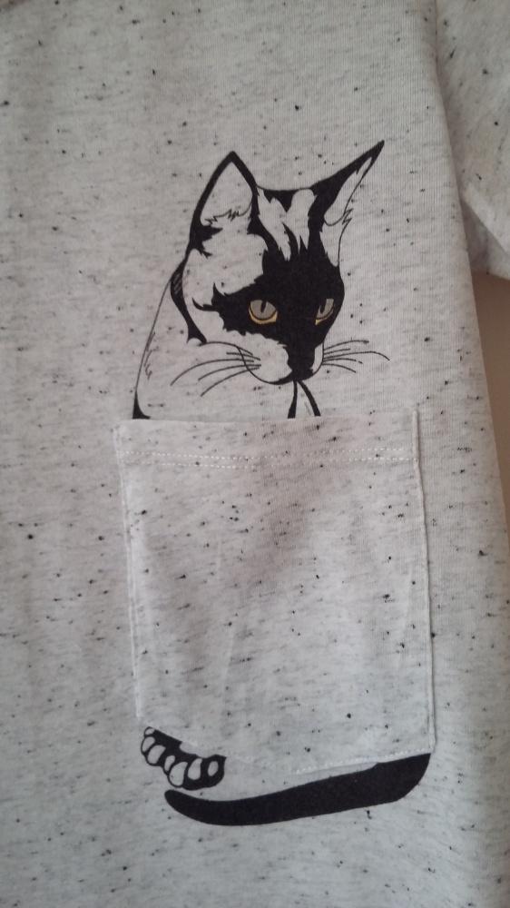 T shirt z kotem w kieszonce
