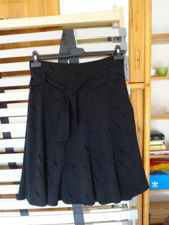 Spódnice Czarna spódnica z kokardą z tłoczeniami rozkloszowana