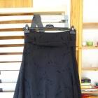 Czarna spódnica z kokardą z tłoczeniami rozkloszowana