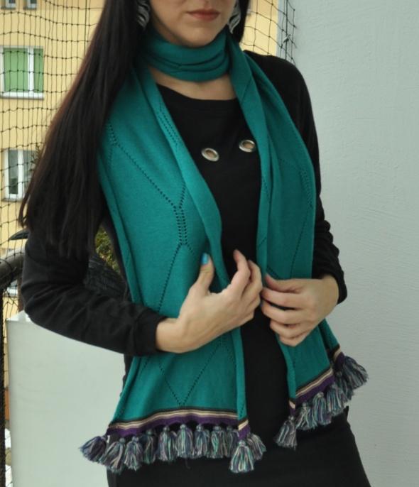 turkusowy szal z frędzlami
