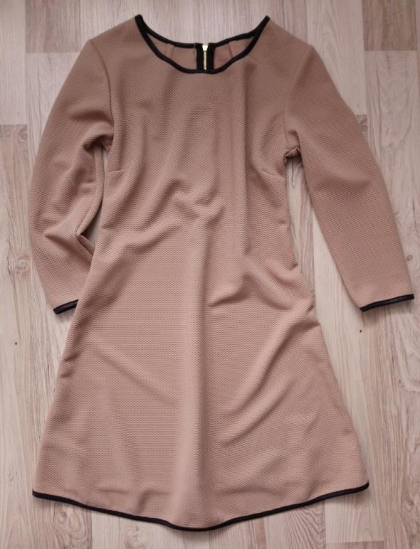 Trapezowa sukienka w kolorze cappuccino...