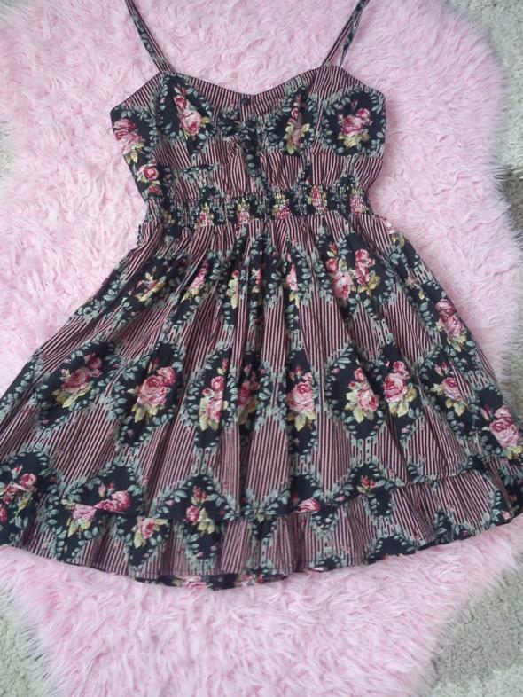 Letnia sukienka w różyczki