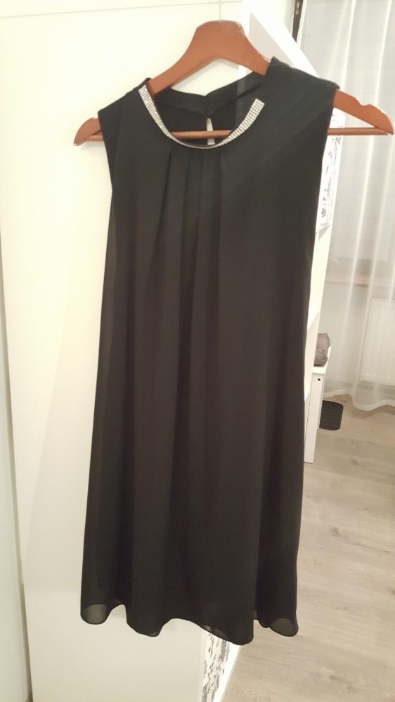 czarna sukienka z błyszczącą stójką