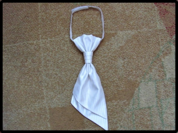 Krawat ecru musznik ślubny stan idealny