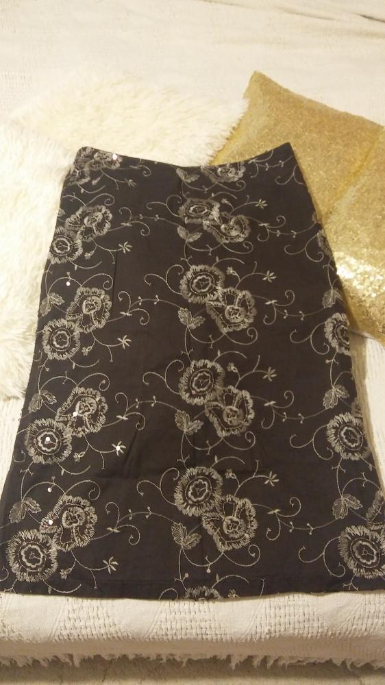Elegancka spódnica z haftem i cekinami