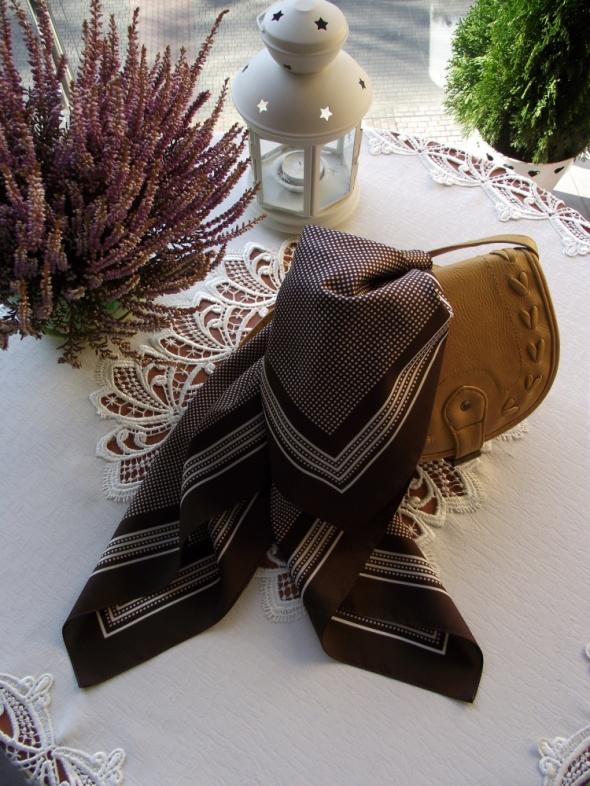 Urocza chusta apaszka w kolorze czekoladowym w białe groszki