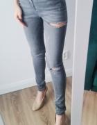 Szare jeansy z przetarciami i dziurami must have...