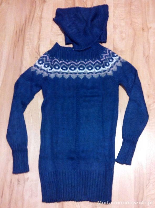 Niebieski długi sweterek