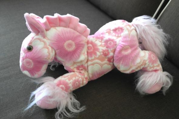 Maskotka koń różowy w kwiaty