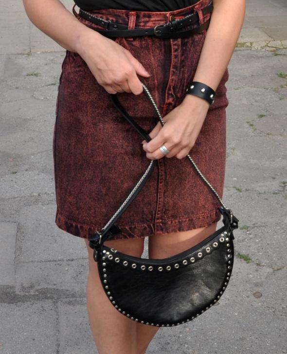 czarna torebka z ćwiekami i łańcuchem