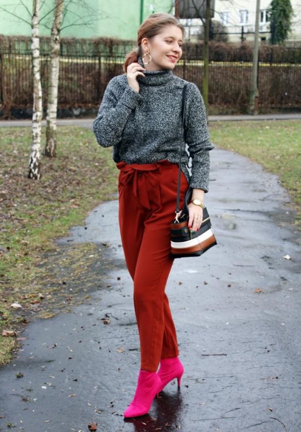 Rude spodnie i różowe botki