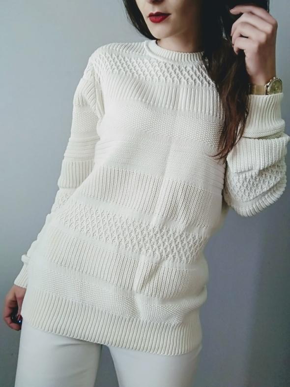 Śnieżnobiały sweterek oversize wzor warkocze