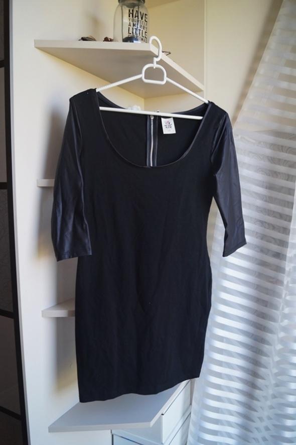 Czarna sukienka ze skórzanymi rękawami M...