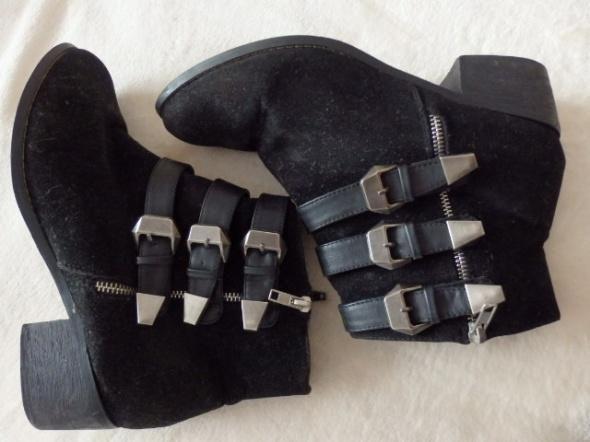 botki czarne z klamerkami srebrnymi...