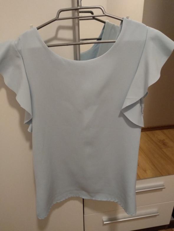 błękitna bluzka dekolt na plecach w literę V