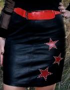 czarna skórzana spódnica z gwiazdami...