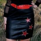 czarna skórzana spódnica z gwiazdami