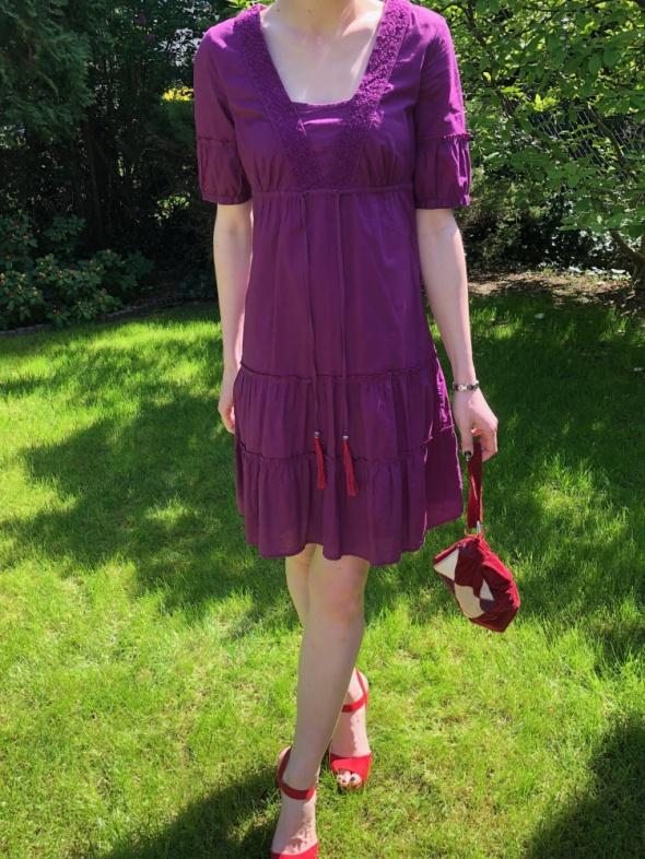 Fioletowa sukienka z czerwonymi frędzelkami...