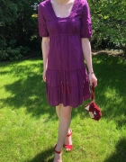 Fioletowa sukienka z czerwonymi frędzelkami