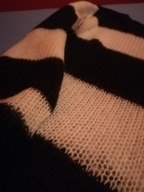 Piękny sweterek w czarno białe pasy...