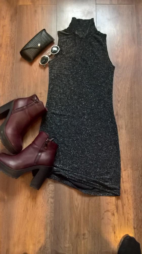 Błyszcząca sukienka ze stójką
