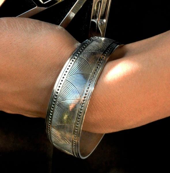 metalowa bransoletka w kolorze srebrnym...