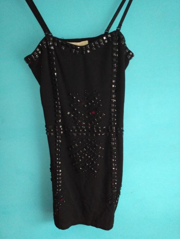 Czarna sukienka z błyszczącymi koralikami 38
