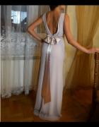 Długa suknia z dekoltem na plecach...