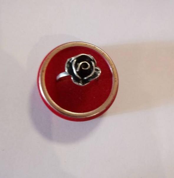 Srebrny pierścionek róża