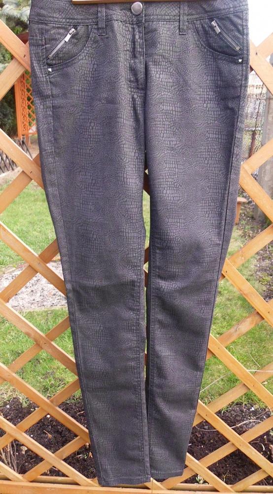 czarne spodnie wężowy wzór 38 M 10