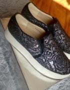 Srebrne sneakersy na grubej gumowej podeszwie...