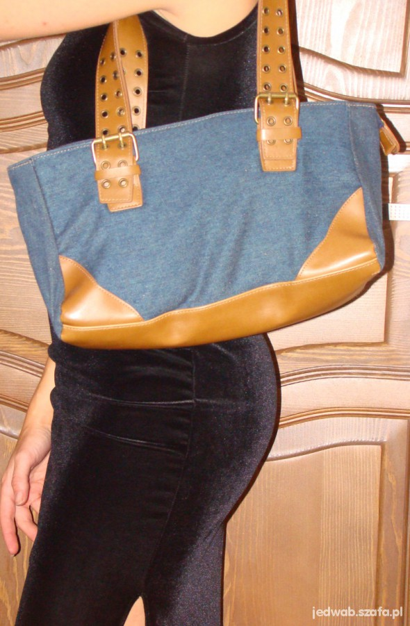 Niebieska dżinsowa torebka z brązowym uchwytem...