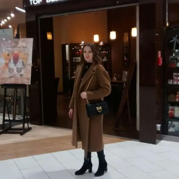 Długi camelowy płaszcz