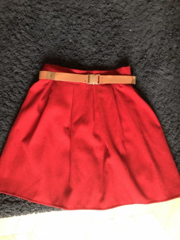 Czerwona plisowana spódnica