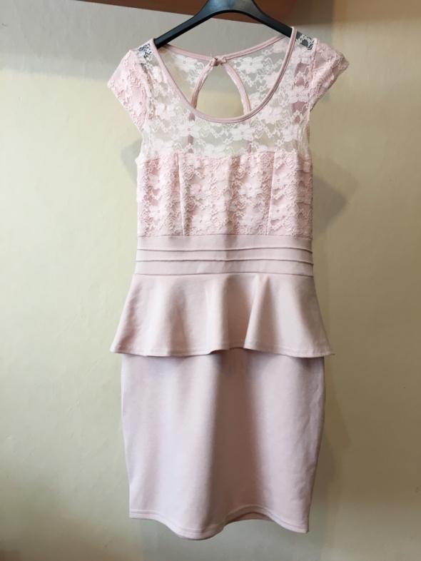 Sukienka z odkrytymi plecami koronkowa