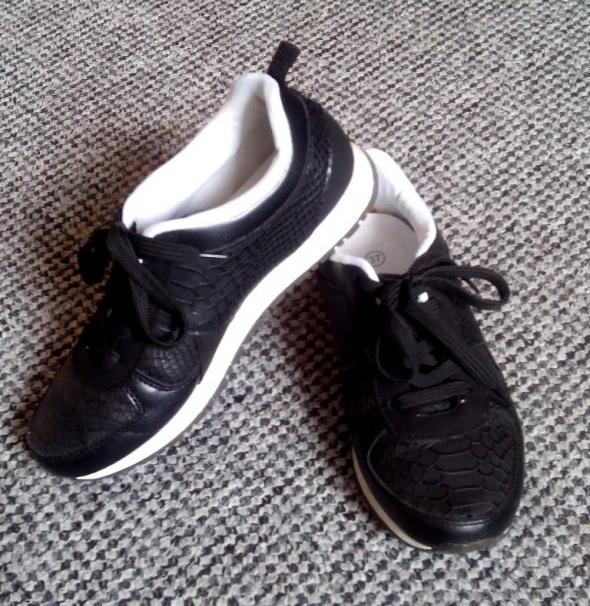 Tanio Super wygodne buty sportowe 37 wężowa skóra
