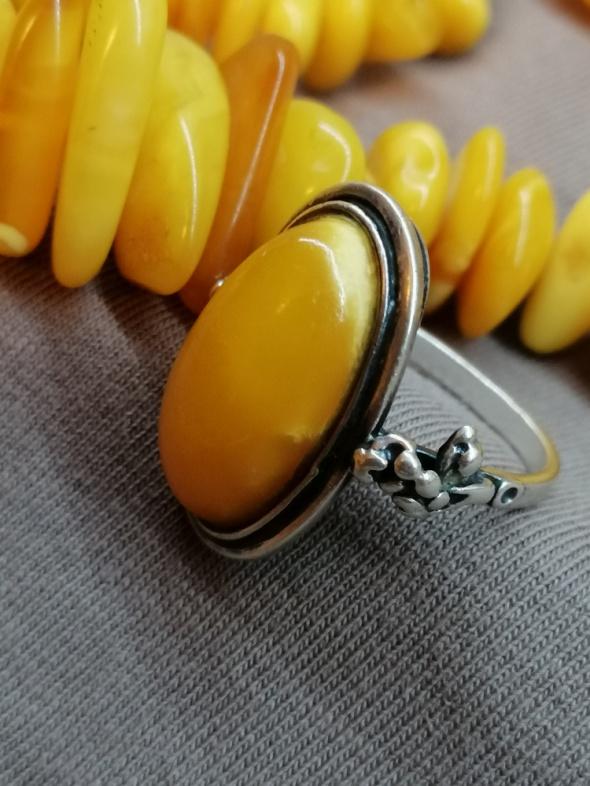 Stary srebrny pierścionek z mlecznym bursztynem 800