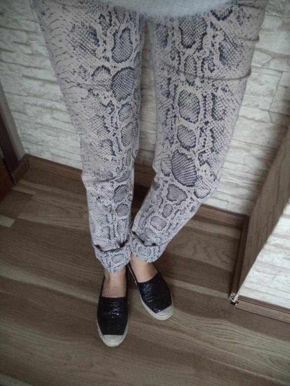 Spodnie rurki jeans nude beż wężowy wzór H&M