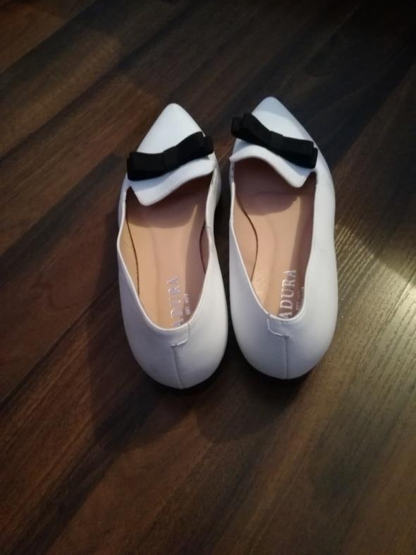 Białe balerinki z czarną kokardką Badura...