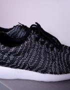 Czarno białe buty sportowe na białej gumowej podeszwie