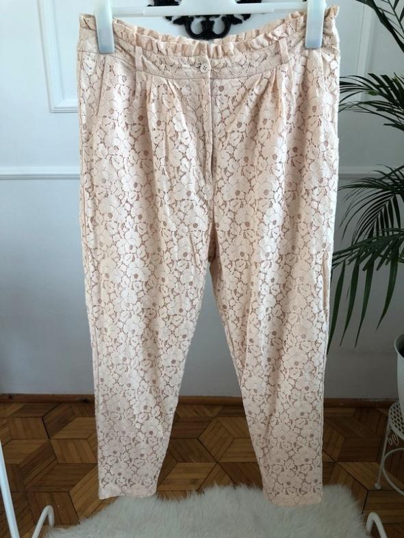 Pudrowe spodnie z koronki...