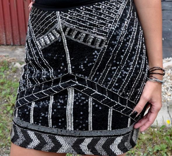 czarna spódnica z cekinami...