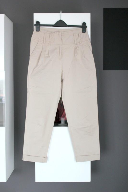 beżowe jasne beige spodnie cygaretki materiałowe bawełna bawełniane zwężane z materiału