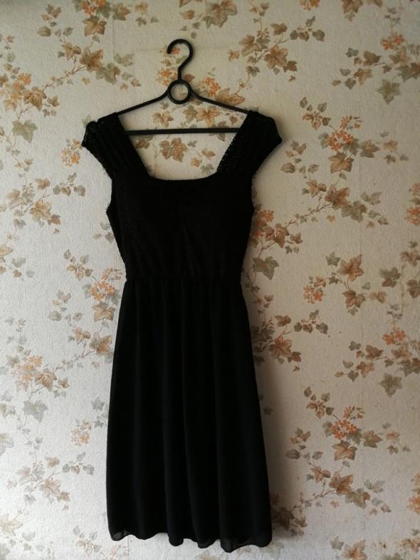 czarna szyfonowa sukienka wiązana z tyłu