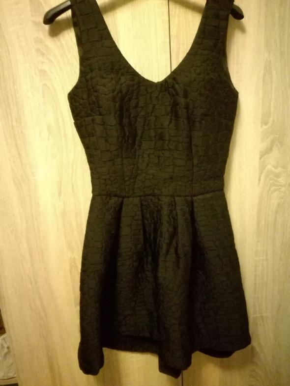 Sukienka czarna pikowana